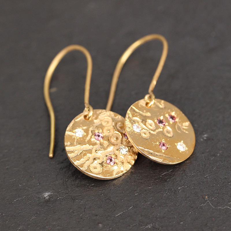 Boucles d'oreilles en or ciselé dentelle - Aude Cambon Bijoux © DR